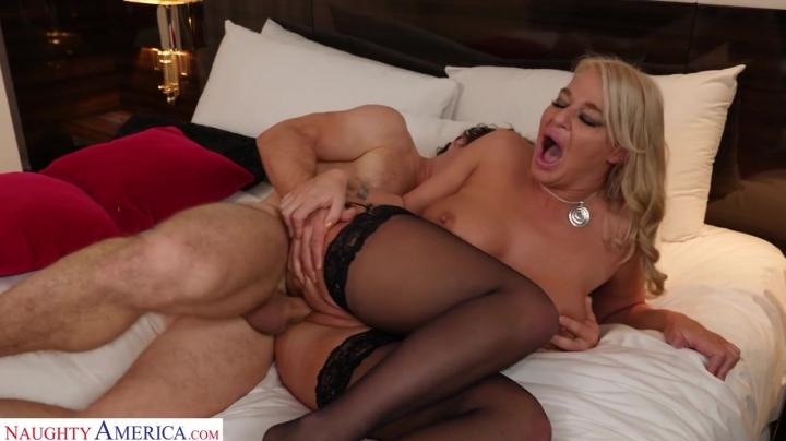 Шикарный секс с красивой зрелой блондинкой в черных чулках